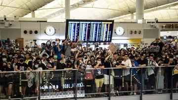 Hongkong: protestujący starli się z policją na lotnisku
