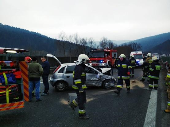 Groźny wypadek na zakopiance. Trzy osoby ranne. Po zderzeniu aut z jednego wypadł silnik
