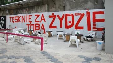 """Będzie proces ws. napisu """"Tęsknię za Tobą, Żydzie"""" na murze cmentarza w Tykocinie"""