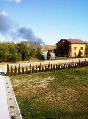 Dym dostrzegają też mieszkańcy Zrębic, również oddalonych o ok. 15 km