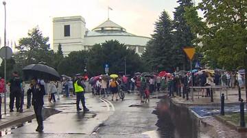 Policja prowadzi czynności w sprawie wwiezienia na teren Sejmu dwóch protestujących