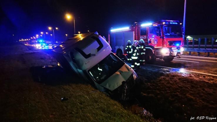 Kierowca busa stracił panowanie nad pojazdem i wpadł do rowu. Trafił do szpitala
