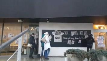 """Obywatele RP okleili budynek NBP artykułami o aferze KNF. """"Glapiński, prawdy nie zakneblujesz"""""""