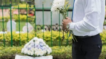 Msza bez rodzin, uroczystości przy grobie. Pogrzeby w Polsce w dobie koronawirusa