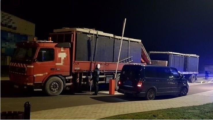 """Niezłe """"szambo"""" na drodze. Ciężarówka przeciążona o ponad 20 ton!"""