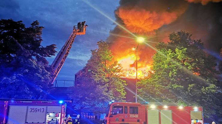 Śląskie. Pożar składu budowlanego w Częstochowie