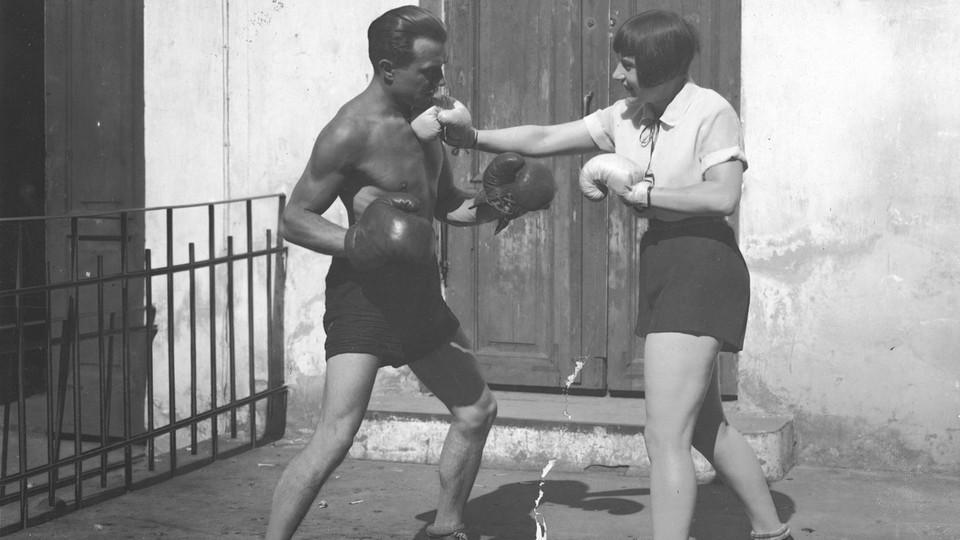 Aktorka i śpiewaczka Zula Pogorzelska i bokser francuski Georges Carpentier podczas pozorowanej walki, 1926
