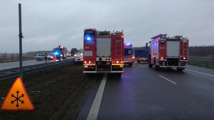 Śmiertelny wypadek na A2. Po zderzeniu z ciężarówką kierowca samochodu osobowego wysiadł z pojazdu, został potrącony