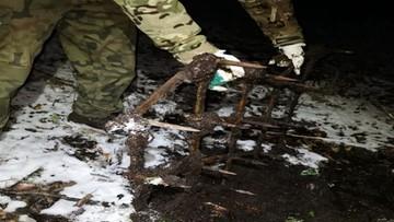 Brony i drągi z kolcami na leśnej ścieżce. Szpikulce czekały na motocykle i quady