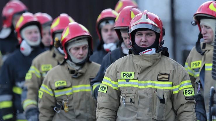 Strażacy w Szczyrku cały czas pracują ręcznie, ale prace przyspieszyły