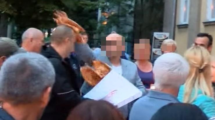 """Radny rozsmarował mężczyźnie pizzę na twarzy. Akt oskarżenia po incydencie na manifestacji """"Łańcuch światła"""""""