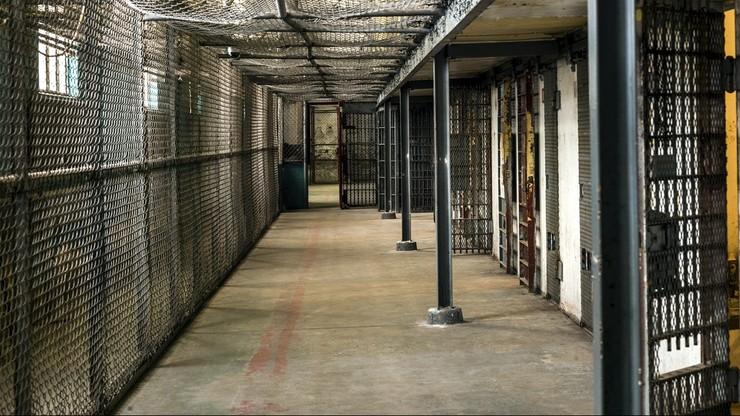 Aresztowany uciekł z celi na 12. piętrze po związanych prześcieradłach