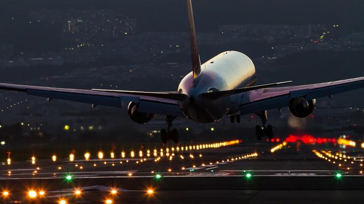 """Weszli do samolotu, w którym wszyscy byli """"zdrowi"""". Wyszli zakażeni koronawirusem"""