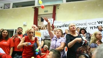 """""""Dymisja, nie komisja!"""", kolorowe piłeczki poleciały na salę. Burzliwa sesja Rady Warszawy ws. reprywatyzacji"""