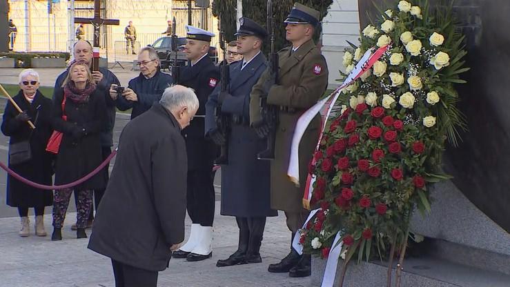 Incydent podczas miesięcznicy. Mężczyzna wszedł na Pomnik Ofiar Katastrofy Smoleńskiej