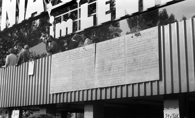 Tablice z 21 postulatami Międzyzakładowego Komitetu Strajkowego umieszczone na budynku portierni przy Bramie nr 2 Stoczni Gdańskiej