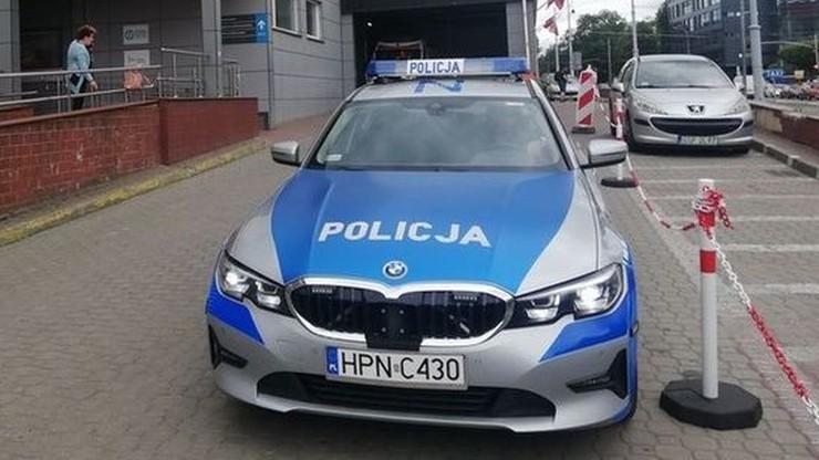 Warszawa. Nagi mężczyzna skakał po samochodach. Oświadczył, że brał udział w inscenizacji