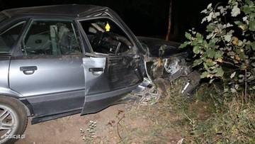 Audi uderzyło w drzewo. Ranną pasażerkę mężczyźni porzucili na polu. Kobieta zmarła