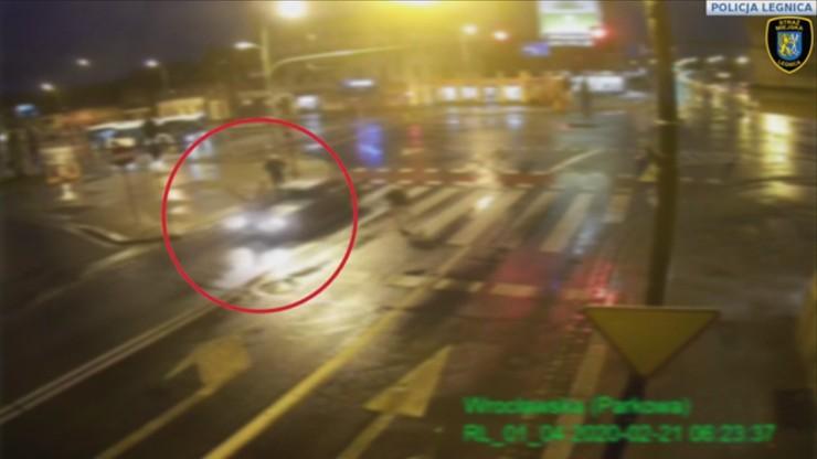 Przechodziła przez pasy na czerwonym. Uderzyło w nią auto i dostała mandat [WIDEO]