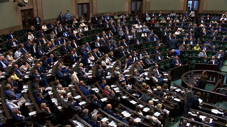 PiS zyskuje, PO traci, pięć partii w Sejmie. Sondaż IBRiS