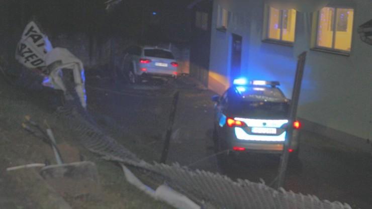 Małopolska: pijany kierowca uciekał przed policją. Spadł ze skarpy i uderzył w mur