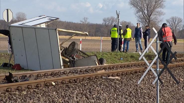 Dwa tragiczne wypadki na przejazdach kolejowych. Auta wjechały pod pociągi