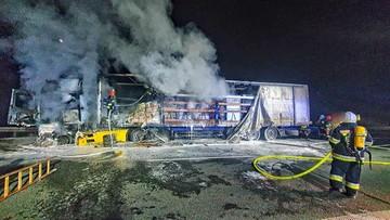 Nocny pożar na A4. Spłonęły przesyłki kurierskie
