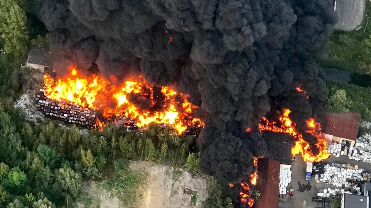 Sosnowiec: pożar na wysypisku odpadów. Płoną pojemniki z nieznaną substancją