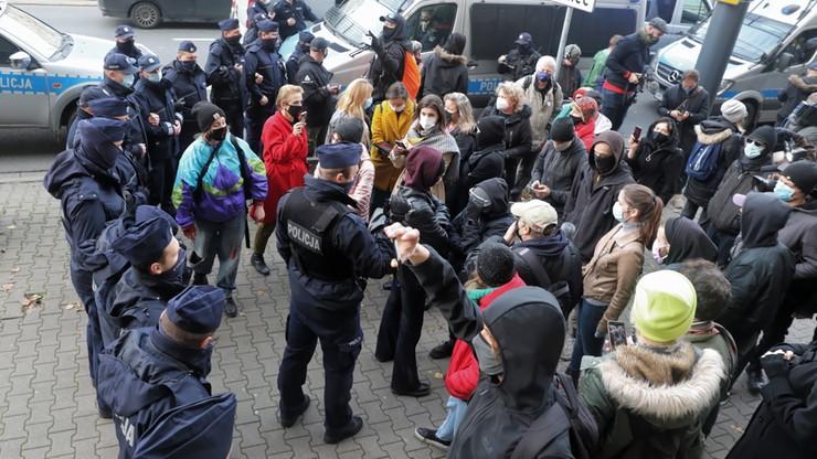 Protesty w Warszawie. Kilkanaście osób usłyszało zarzuty, 17-latek wśród zatrzymanych