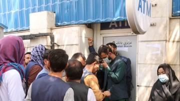 Afgańczycy nie mogą wypłacić gotówki. Setki ludzi protestują pod bankiem