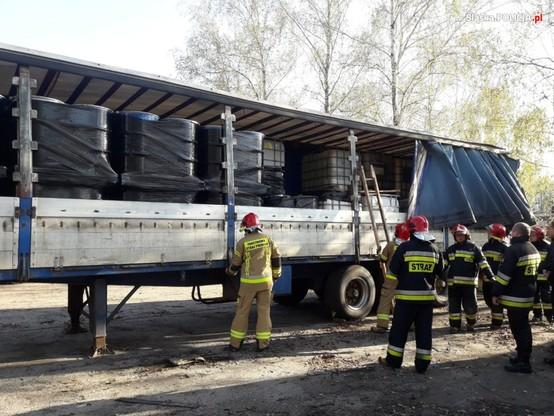 Naczepy ciężarówek służyły za magazyny