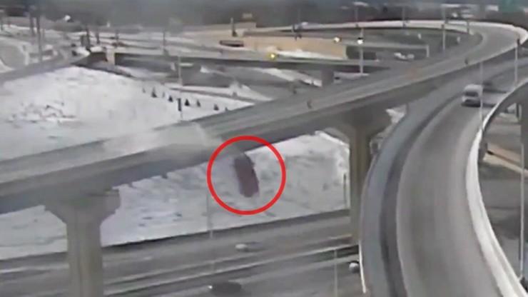 Pickup spadł z wiaduktu. Kierowca przeleciał ponad 20 metrów [WIDEO]