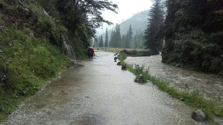 Intensywny deszcz na Podhalu. Kłopoty na tatrzańskich szlakach. Zalane piwnice i drogi