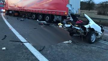 Po zderzeniu z ciężarówką mercedes rozpadł się na części. Dwie osoby zginęły, trzy są w szpitalu