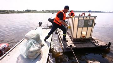 Akcja wypompowywania paliwa z rurociągu biegnącego po dnie Wisły w Płocku