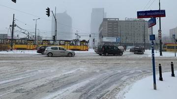 Atak zimy w Warszawie. 30 budynków bez ogrzewania, na ulicach korki