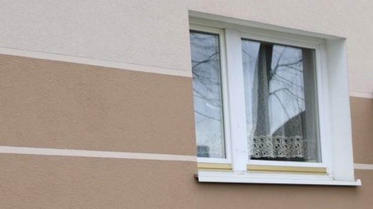 Śląskie. Dwuletnie dziecko spacerowało po parapecie otwartego okna
