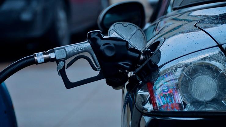 Paliwa drożeją na święta, ale i tak są tańsze niż przed rokiem