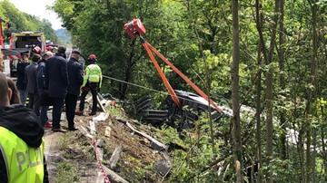 Wypadek autokaru z turystami we Włoszech. Pojazd spadł ze skarpy