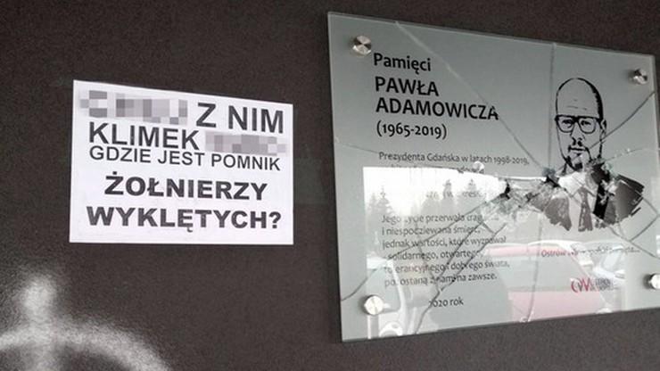 Zniszczono tablicę upamiętniająca prezydenta Gdańska. Wandal zostawił wulgarny list
