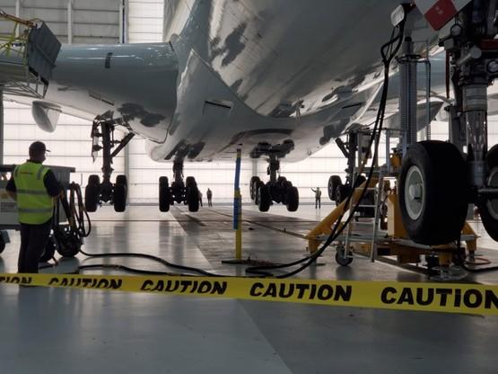 Samolot przed wznowieniem pracy został sprawdzony przez techników