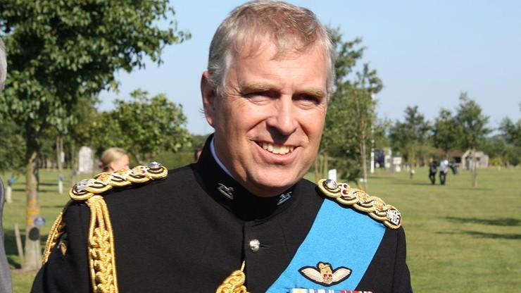 Syn księcia Filipa chce włożyć mundur na pogrzeb. Królowa ma mało czasu na decyzję