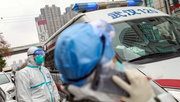 """""""Granice miasta obstawione wojskiem i zasiekami"""". Polacy czekają na ewakuację z Wuhan"""