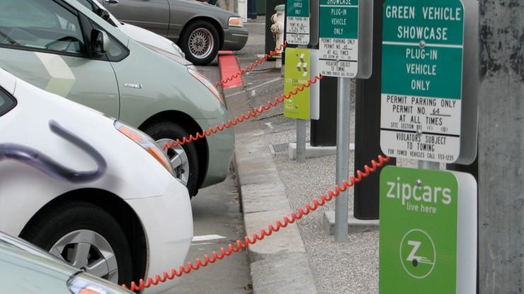 Stacje ładowania samochodów elektrycznych w ulicznych latarniach - polski pomysł