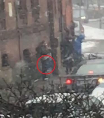 Zabezpieczono nagranie z monitoringu, na którym widać kobietę w szarej kurtce i ciemnych spodniach, która prawdopodobnie trzyma zaginioną torebkę