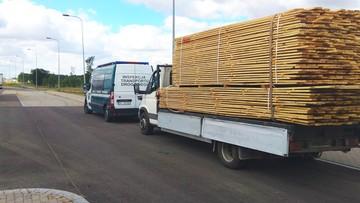 Wiózł drewno autem dostawczym, a ładunek zabezpieczył jednym pasem. Samochód ważył 11 ton