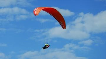 Wypadek paralotniarza pod Opolem. Lądował na zapasowym spadochronie