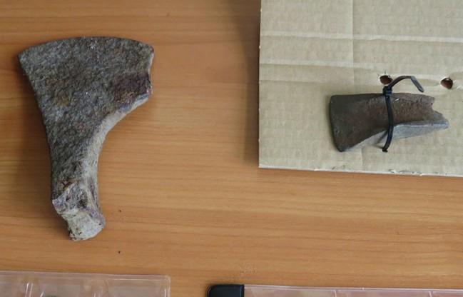 Średniowieczny toporek znaleziony w mieszkaniu 33-latka