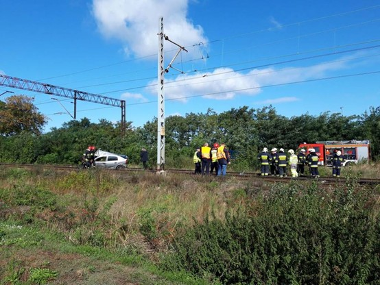 Samochód zderzył się z pociągiem. Z auta wypadł silnik