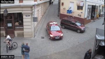Rowerzysta otarł się o samochód i z impetem uderzył w latarnię. O krok od tragedii [WIDEO]